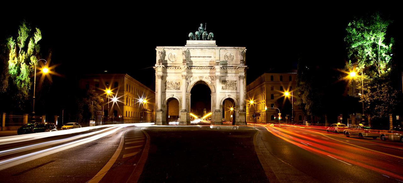 Das Siegestor auf der Münchner Leopoldstraße bei Nacht