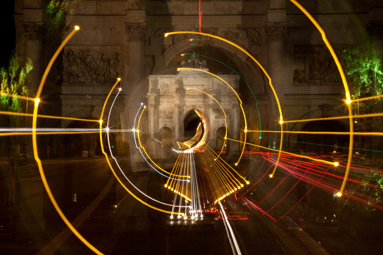 Das Siegestor auf der Münchner Leopoldstraße bei Nacht, Lichteffekte durch bestimmte Kameratechniken
