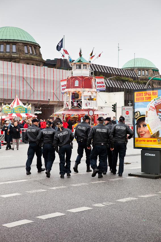 Germany, Deutschland, Hamburg, Hamburger Hafen, Sankt Pauli, Hafengeburtstag 2010, 07,05,2010, Samstag, Landungsbruecken, Buden, Polizisten, Volksfest,