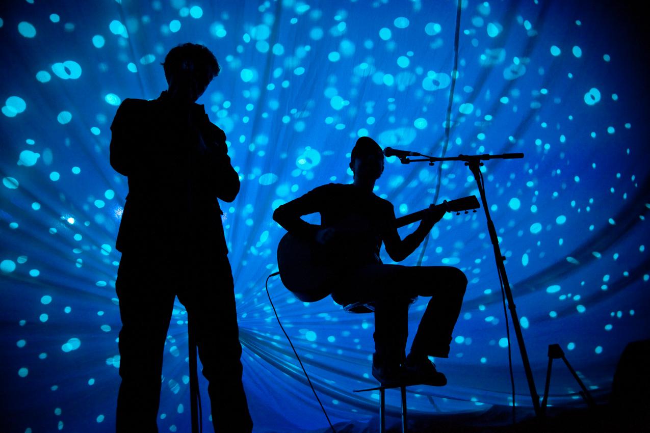 """Der Berliner Singer und Songwriter Tim Bendzko spielt als Vorband der Gruppe Silly beim Auftakt zu deren Tour """"Alles Rot"""" 2010 in Leipzig."""