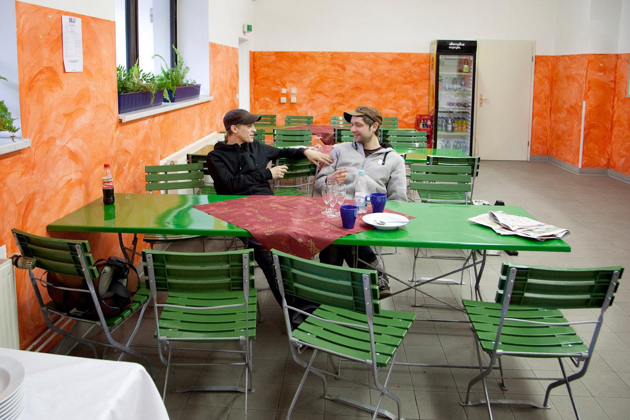 Die Wartezeit vor dem Auftritt überbrücken Tim Bendzko und sein Gitarrist Daniel Hoffknecht im Catering-Bereich.