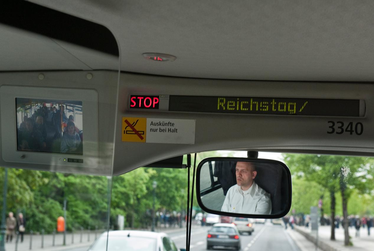 Der BVG-Bus der Linie 100 fährt an Berlins wichtigsten Sehenswürdigkeiten vorbei.