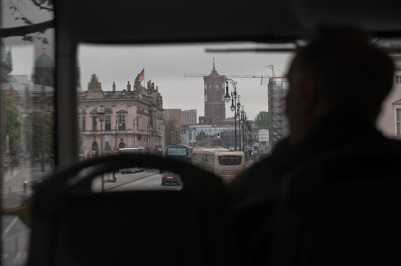 Unter den Linden, Brandenburger Tor, hinten das Rote Rathaus, vorne links die Humboldt-Universität.