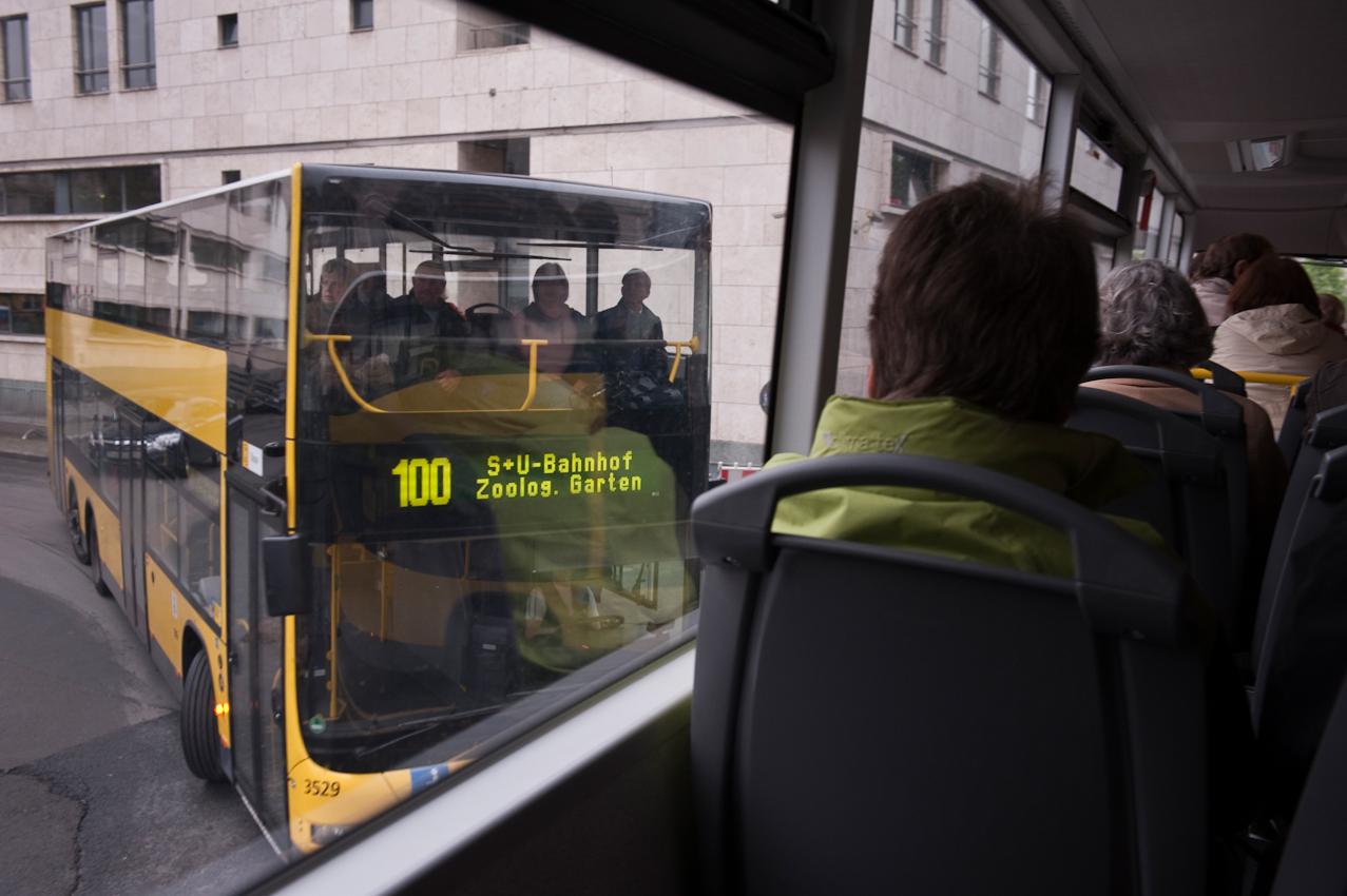 Zwei 100er Busse treffen sich.