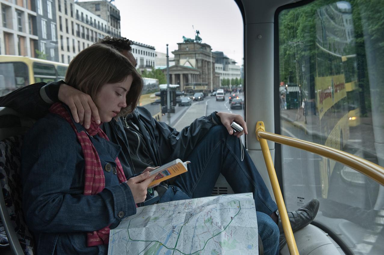 Touristen-Pärchen im Bus, hinten das Brandenburger Tor.