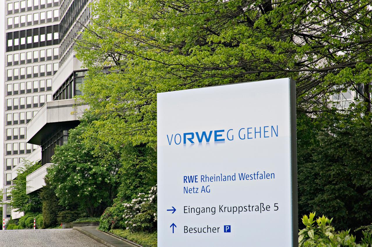 Optische Wegweiser im Eingangsbereich des RWE-Verwaltungsgebäudes an der Kruppstraße, einem der zahlreichen RWE-Gebäude in diesem Viertel.