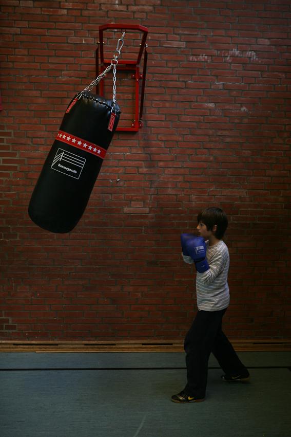 Christian ist erst 11. Beobachtet man ihn beim Training mit dem Sandsack, merkt man schnell, dass sportliche Motivation wenig mit Alter oder Körpergröße zu tun hat.