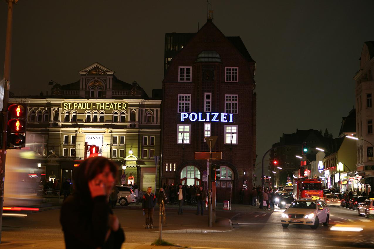 Hamburg, Reeperbahn, Markenzeichen Davidwache. Nicht ganz um halb eins...