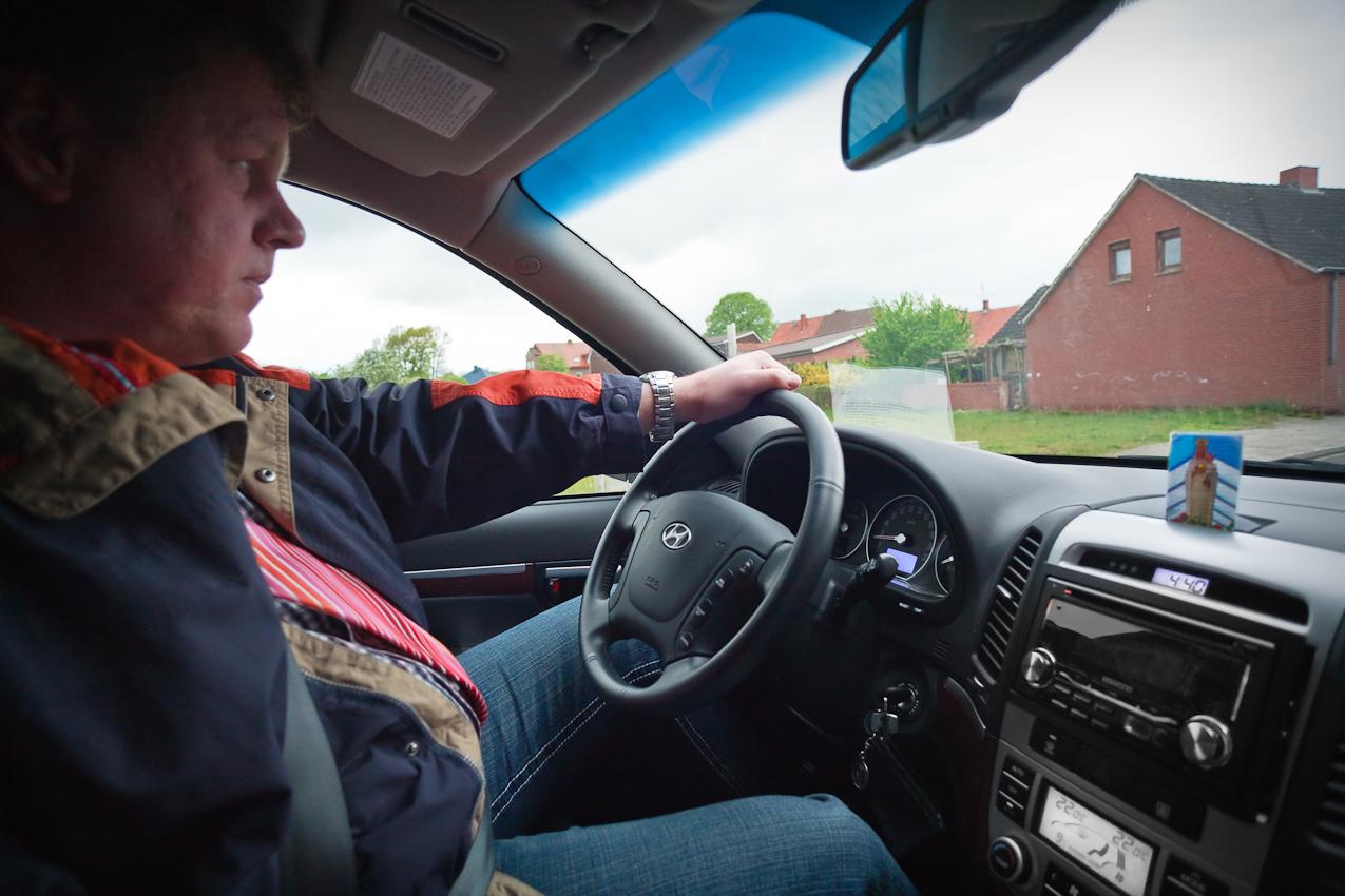 Antonius Pohlmann bei der Fahrt zu einem Amtstermin im privaten PKW. Der Ort Heede ist durch eine Wallfahrtskirche und Berichte über regelmäßige Marienerscheinungen in den Jahren 1937 bis 1940 stark katholisch geprägt.