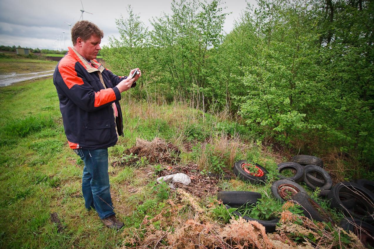 """Antonius Pohlmann bei einem Außentermin an der A31. Zu seinen Aufgaben zählt regelmäßig die Dokumentation sogenannter """"wilder Müllentsorgung""""."""