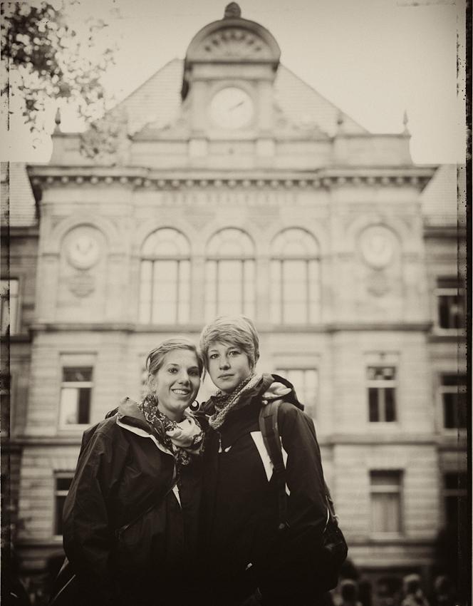Ann-Kathrin Roter und Johanna Schacht, beide 18 Jahre, besuchen die 12. Klasse. An der Schule gefällt ihnen gar nichts; Ann-Kathrn möchte Ernährungsberaterin werden und ihre Freundin Johanna will später Unternehmen beraten. Was ein Polaroid ist, wissen beide...