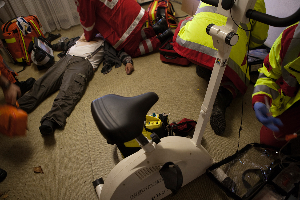 Am Einsatzort arbeiten alle Hand in Hand bei der Reanimation eines älteren Mannes mit Verdacht auf einen Herzinfarkt.