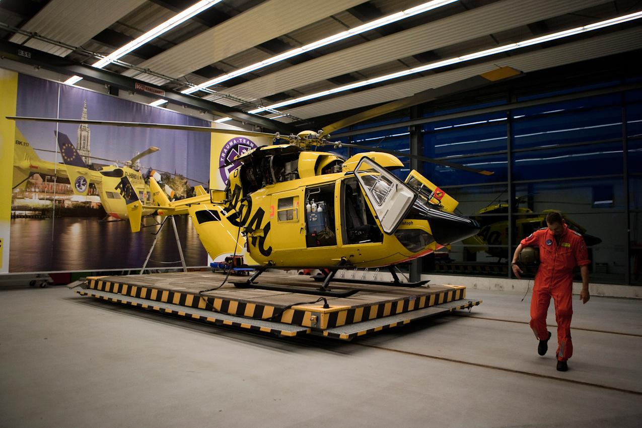 Der Rettungsassistent Andreas Knofel verlässt nach einem langen Arbeitstag den Rettungshubschrauber BK 117 im Luftrettungszentrum des ADAC, Sektion Notfallmedizin am Bundeswehrkrankenhaus in Ulm.