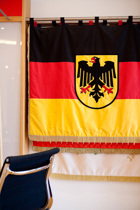 Bundesdientstflagge mit Bundesadler im Empfangsraum der Firma, der gleichzeitig als Showroom dient.