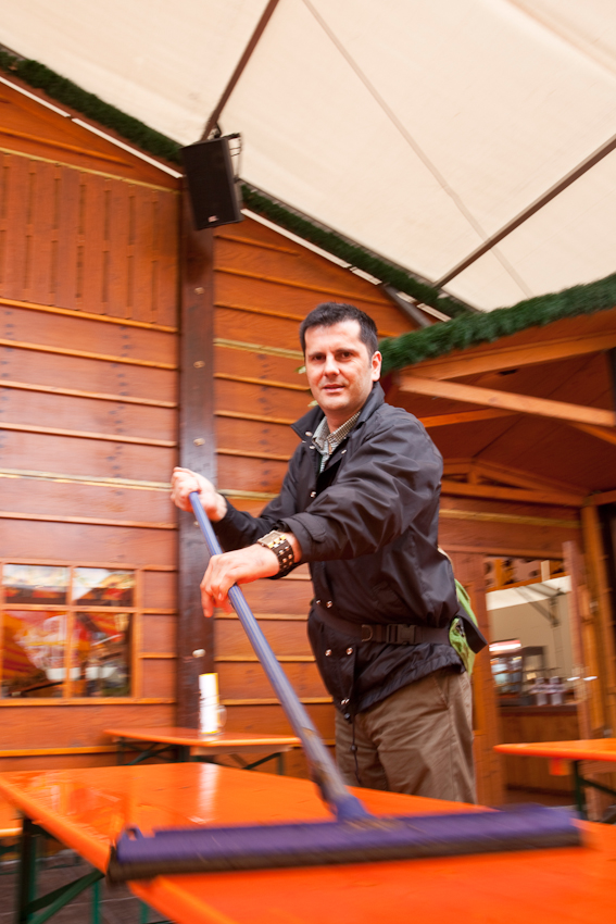 Vor Beginn des Festbetriebes reinigen die Festzeltbetreiber ihre Bierbänke und Tische.