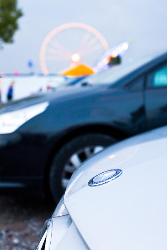 Mercedes Benz und Wasen sind Wahrzeichen von Stuttgart.