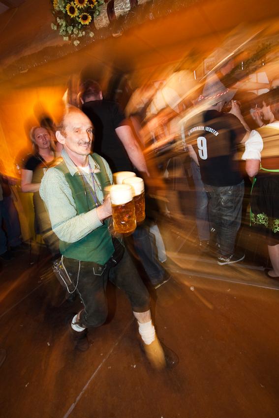 "Kellner mit Bier haben es im ""Göckelesmaier""-Festzelt immer eilig."