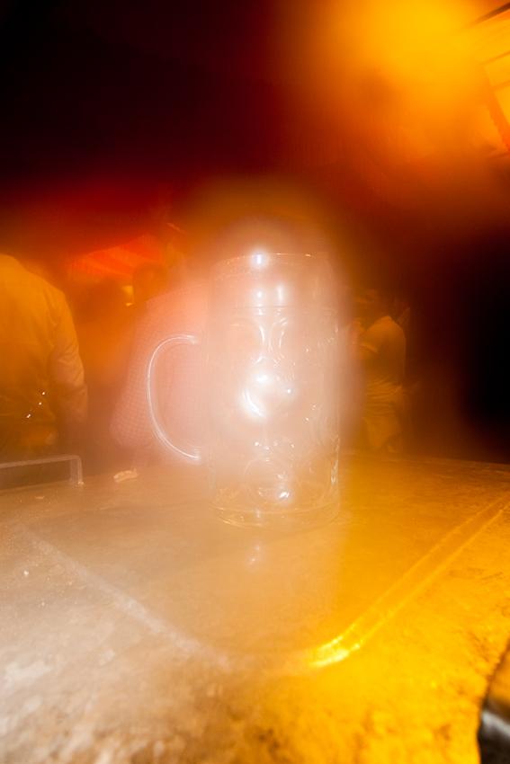 """Leeres Bier-Mass im Dunst des """"Göckelesmaier""""-Festzeltes."""