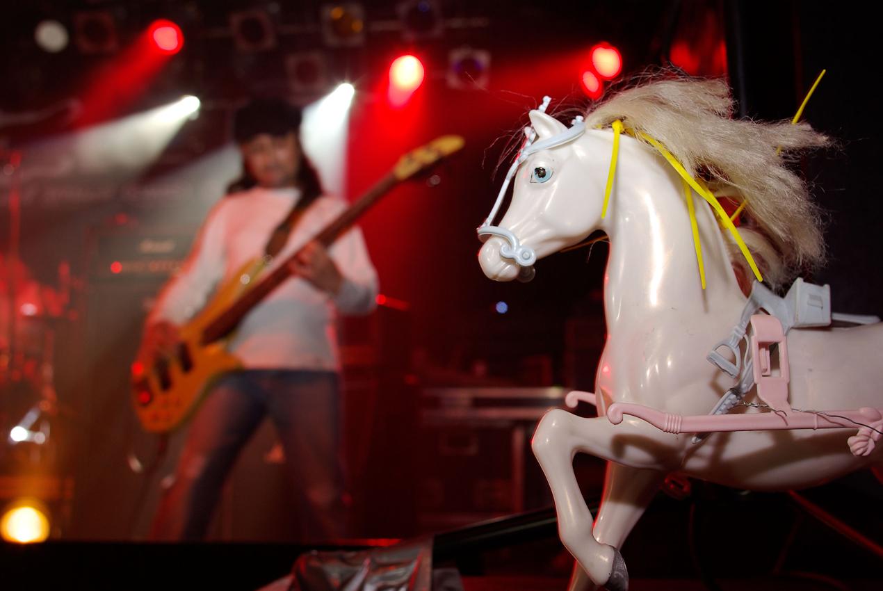 Die drei Musiker von Cabeza de Indio leben in Berlin und stammen aus Kuba, Mexiko sowie Guatemala. Sie sind stolz auf ihre indianischen Wurzeln und spielen von Black Sabbath und Led Zeppelin beeinflussten Stoner Rock. Beim Emergenza-Festival, dem weltgrößten Liveband-Festival, spielen Bands aller Stilrichtungen jeweils 30 Minuten live und das Publikum entscheidet, welche Band weiterkommt.