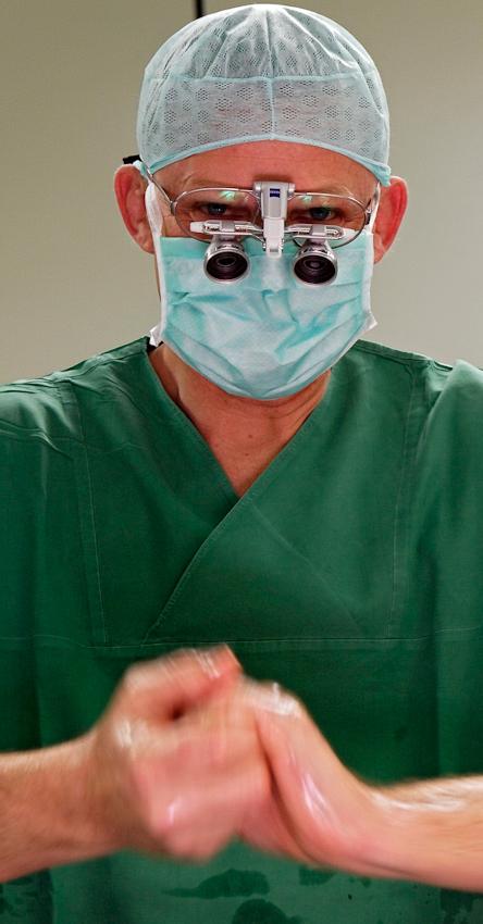 Gefäßchirurg Dr. Helfried Meissner assistiert Prof. Hupp bei der OP. Vor der Operation sterilisiert er sich die Hände.
