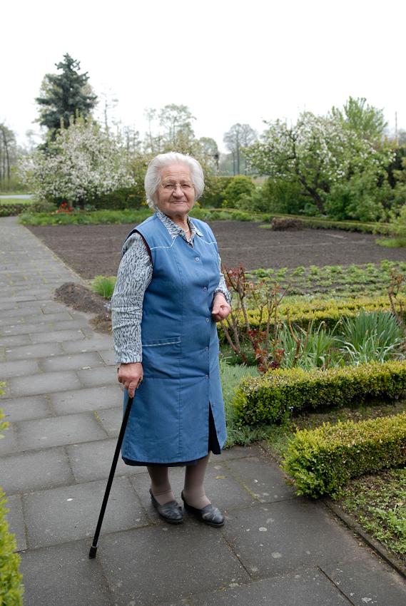 Hilde, mittlerweile 87 Jahre, Nachbarin aus meiner Kindheit in ihrem Garten in Tegelrieden. Bis heute verbringt sie die Zeit immer mit Gartenarbeit, oft bis es dämmert. Früher lebte sie hier mit ihrem Mann, dessen Mutter und einer Tante, heute alleine.