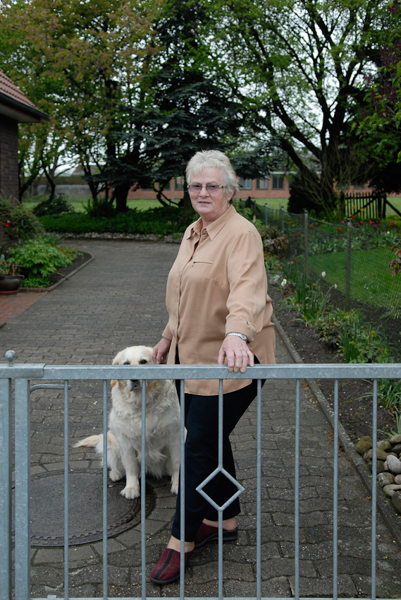 Rita, Nachbarin aus meiner Kindheit in ihrer Hofeinfahrt in Tegelrieden. Früher lebte sie hier mit 2 Kindern, Mann und ihren Eltern, mittlerweile nur noch mit ihrem Hund.