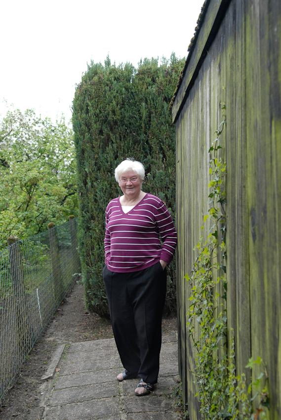 Edith, Nachbarin aus meiner Kindheit auf dem Weg zu ihrem Garten. Es lebten mit ihr 2 Kinder und ihr Mann hier, mittlerweile ist sie alleine.