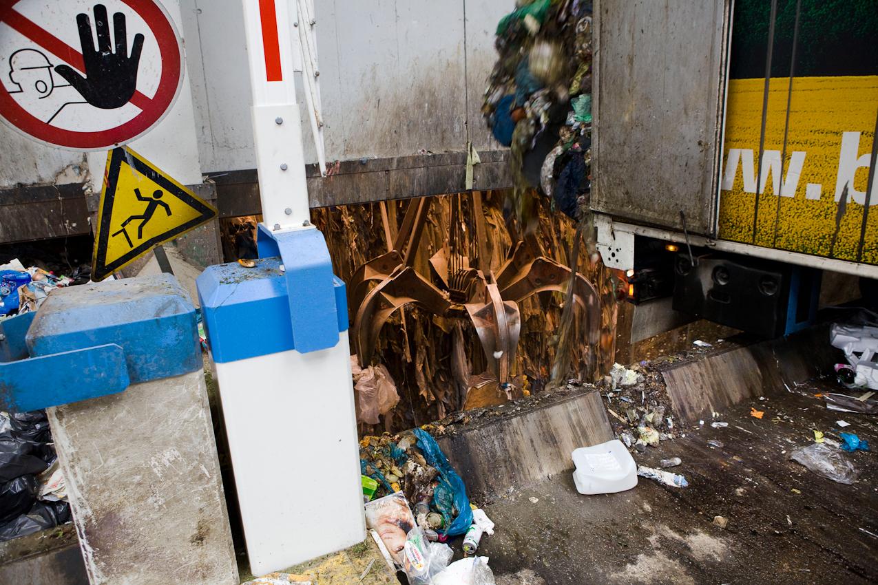 Müllheizkraftwerk Frankfurt. Vor dem Zugang zu einer Schleuse in den Müllbunker lädt ein LKW seinen Müll ab.