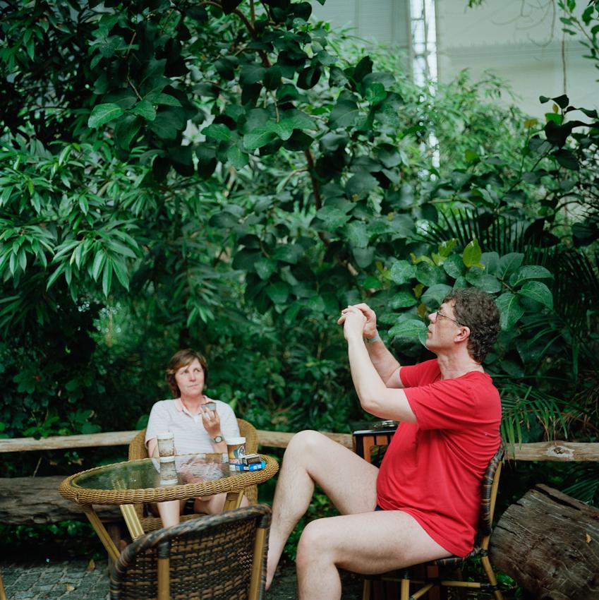 Ein Ehepaar im Regenwald.