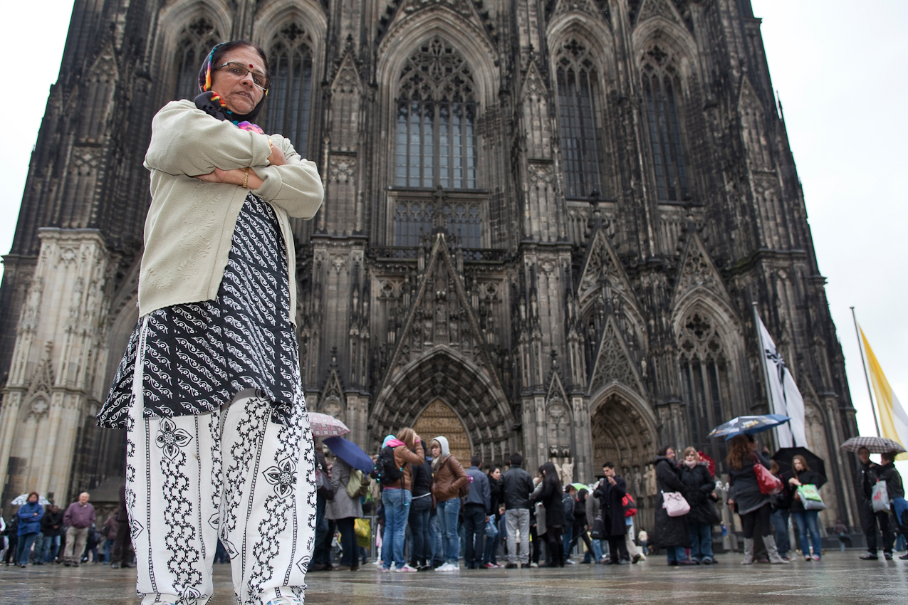Eine Touristin aus Südasien vor der Westfassade des Doms.