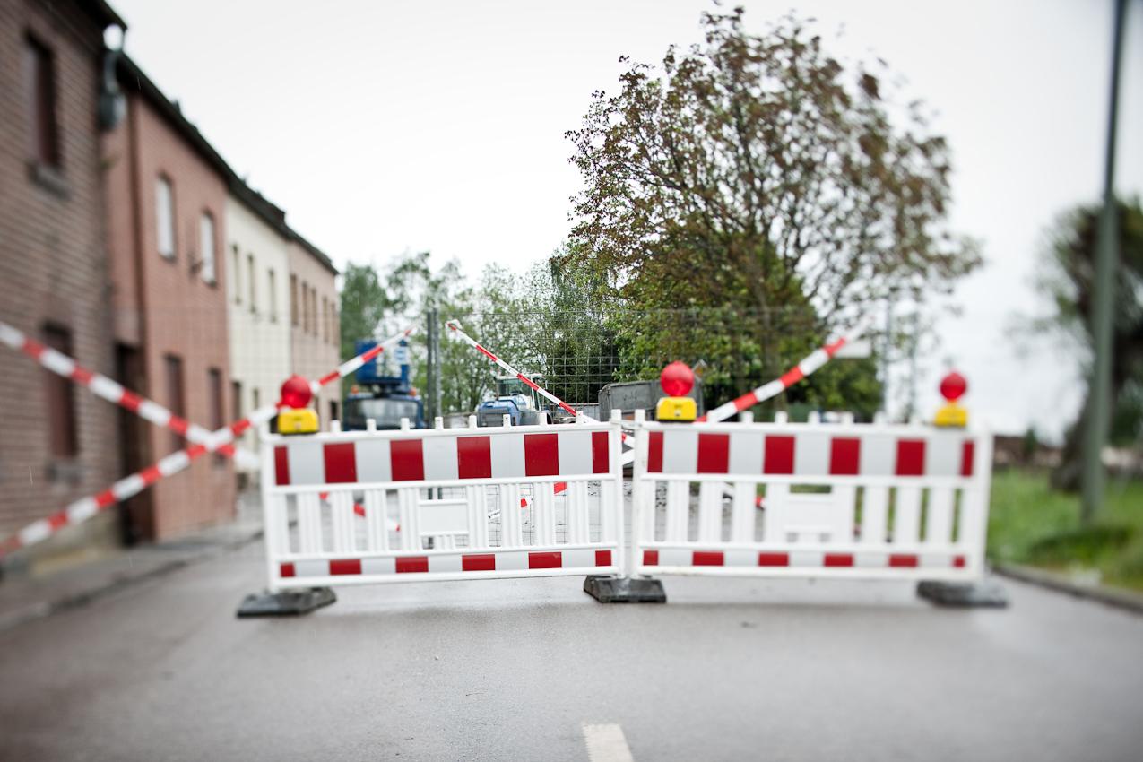 Nur noch fünf Familien leben in der Ortschaft Pesch. Hinter der Absperrung werden an diesem Tag zwei Häuser abgerissen.