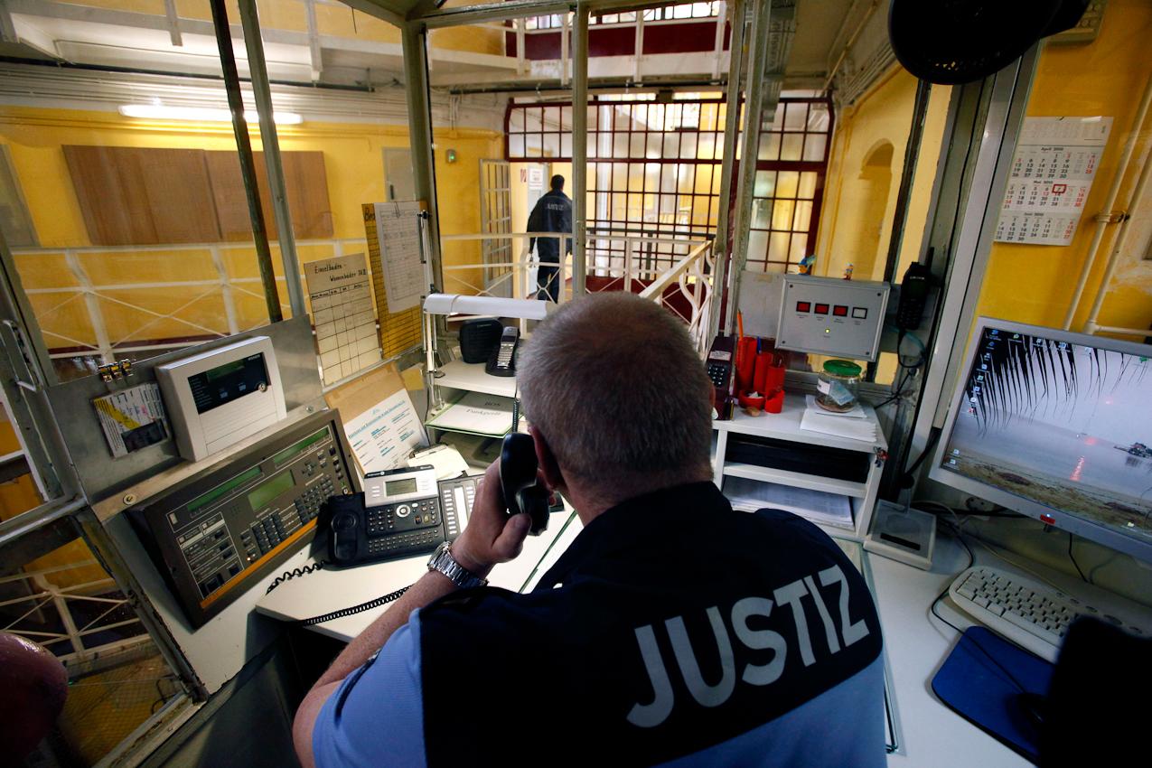13:23 Uhr: Erinnerung an den vergangenen Urlaub als Screensaver auf dem Monitor eines Justizbeamten der JVA Tegel.