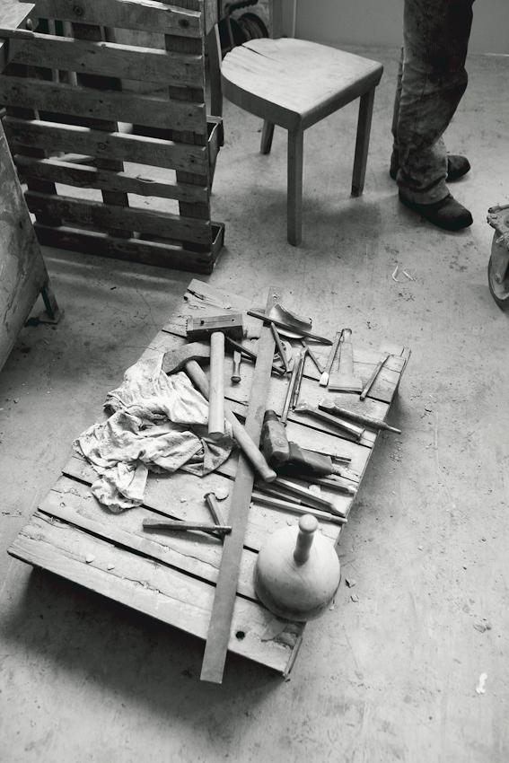 Werkzeugpalette in der Werkstatt des Steinmetzes und Steinbildhauers Rüdiger Eckert in Hamburg-Wilhelmsburg. Zu sehen sind u.a. Meißel, Stockhammer und Faustel.
