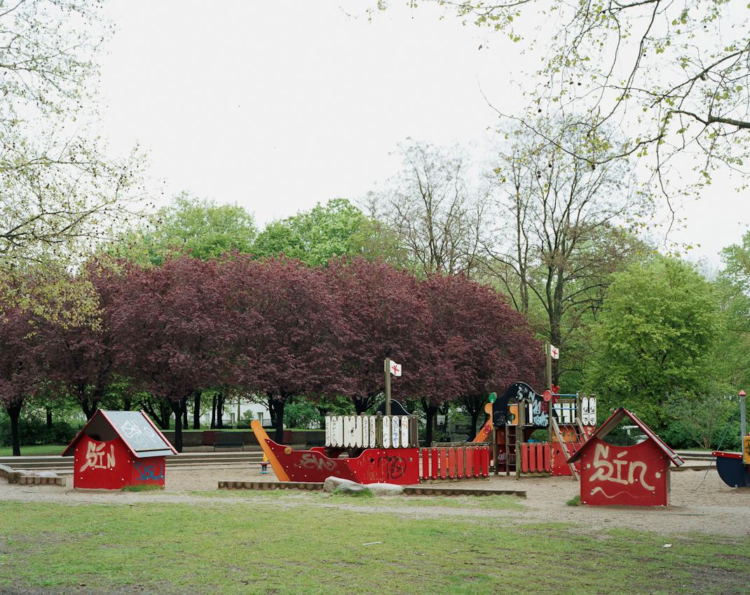 Wo heute Kinder spielen, wurden am 15. Mai 1933 die Bücher von 131 Autoren vebrannt. Heute ist an dieser Stelle eine Parkanlage, hinter dem Kinderspielplatz erkennt man die Gedenktafeln, die an die Verbrennung erinnern sollen.