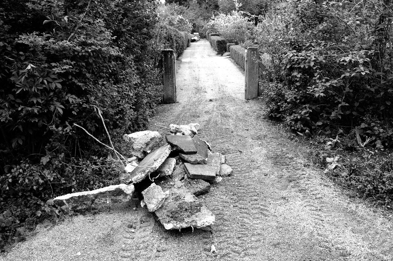 Ein Weg innerhalb der Kleingartenanlage, anscheinend alte rausgerissene Terassenplatten werden wohl abtransportiert.