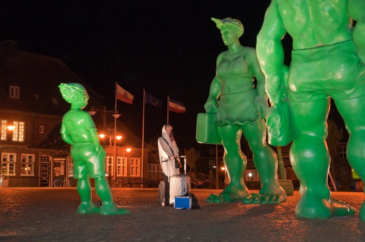 """Westerland auf Sylt ist der nördlichste Bahnhof in Deutschland. Seit 2001 warten die grünen """"Reisende Riesen im Wind"""" von Martin Wolke auf Touristen. Seit 3:52 Uhr warten wir, dass der Bahnhof Punkt 4:00 Uhr geöffnet wird."""