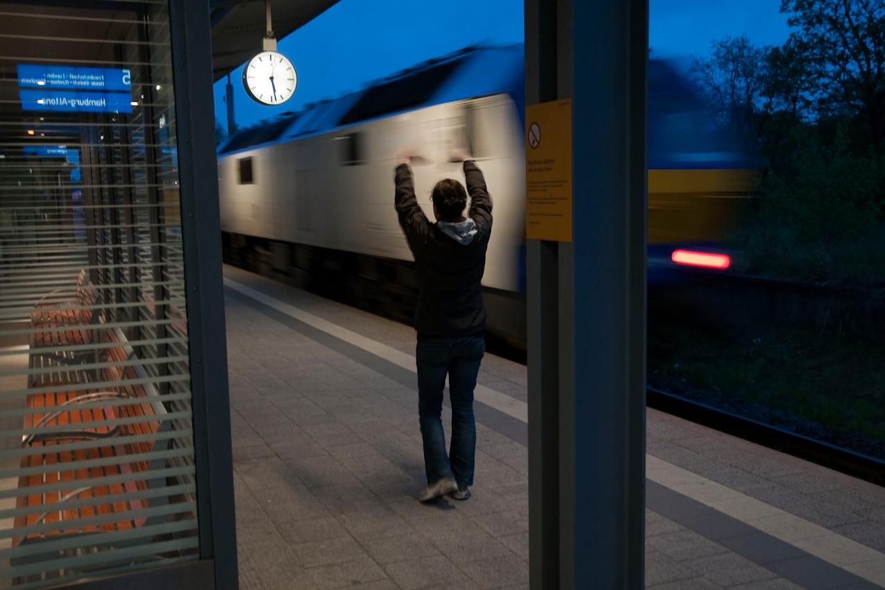 Erster Zwischenaufenthalt in Husum um 5:22 Uhr. Die Nord-Ostsee-Bahn fahrt kurz darauf weiter nach Hamburg-Altona. Eine junge Frau, die ihren Freund im Morgengrauen zum Bahnhof gebracht hat, winkt ihm lange nach.