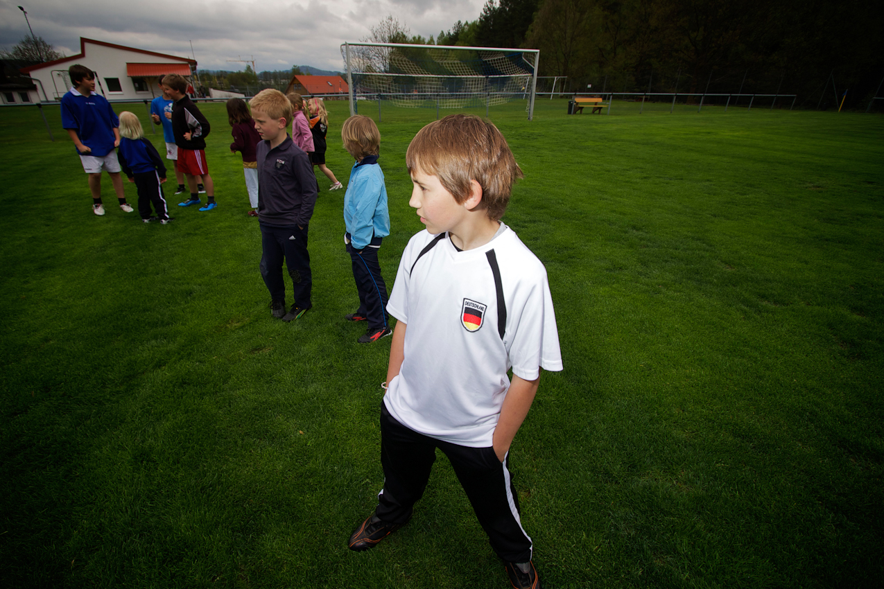 Markus spielt seit 3 Jahren beim SV Immenreuth e.V. Fußball. Der Club ist vom SOS-Kinderdorf Oberpfalz 100m entfernt und der Erfolg des Vereins hat vielleicht auch etwas mit der Nähe zum SOS-Kinderdorf zu tun. Für ausreichend Nachwuchs ist immer gesorgt.