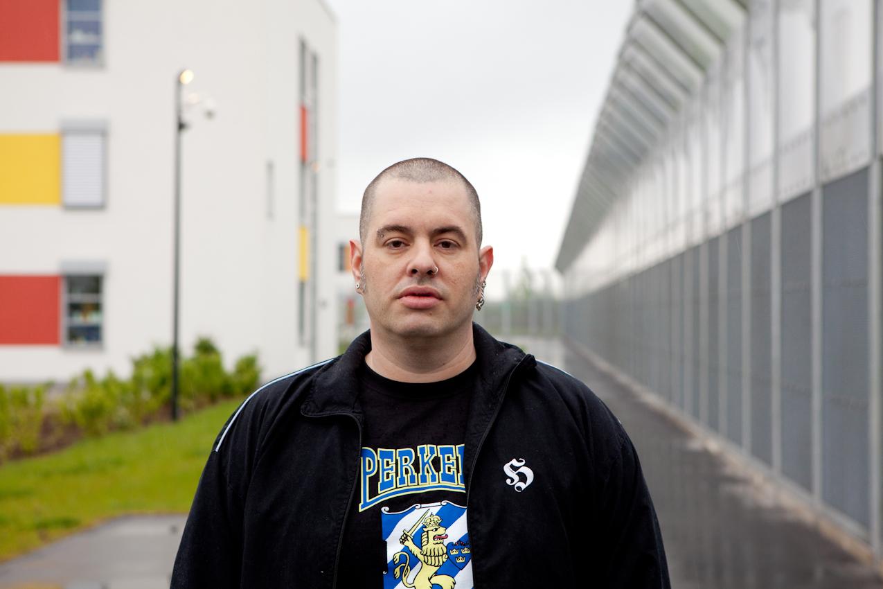 Die Aufnahme zeigt Christian M. am Zaun der Klinik. Er wird im Jahr 2015 entlassen.