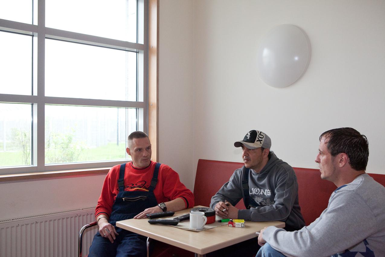 Die Aufnahme zeigt die Patienten Sascha K., Giorgio W. und Marco K. im Fernsehraum der Station.
