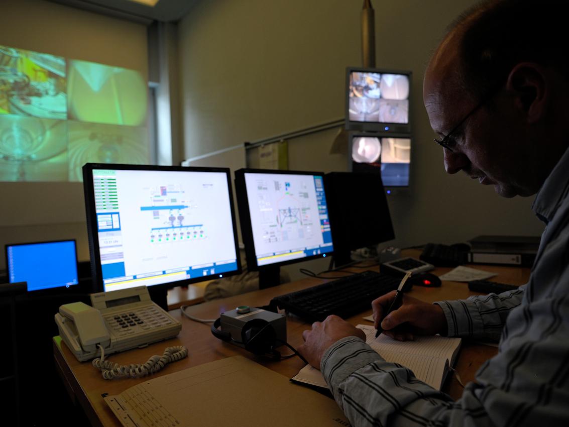 Im Halbdunkel des Kontrollzentrums sitz ein Mitarbeiter und macht sich Notizen. Die Fallkapsel ist zu diesem Zeitpunkt in der Fallröhre verankert und im Turm wird nun ein Vakuum erzeugt. Auf den Monitoren können die Mitarbeiter den Abwurf verfolgen und auf alle wichtigen Daten zugreifen.