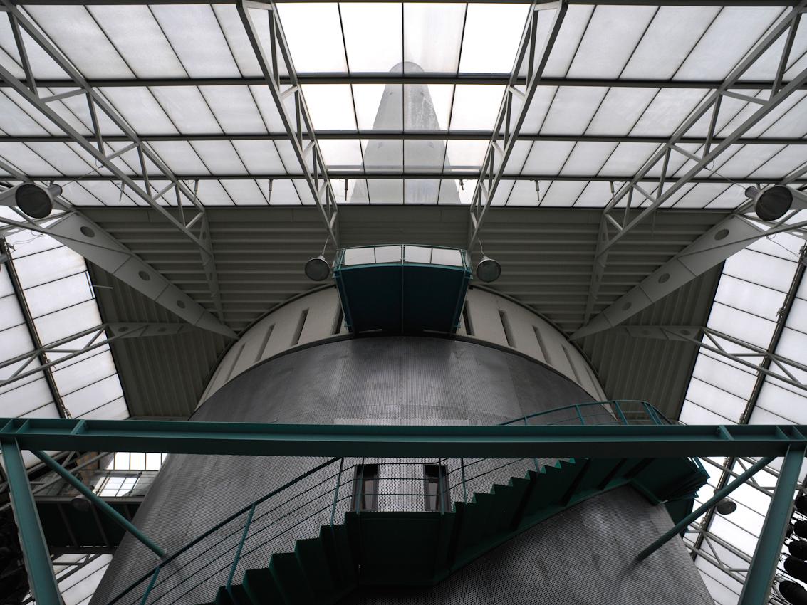 Blick durch das Glasdach der Werkstatthalle unterhalb des Fallturmes.