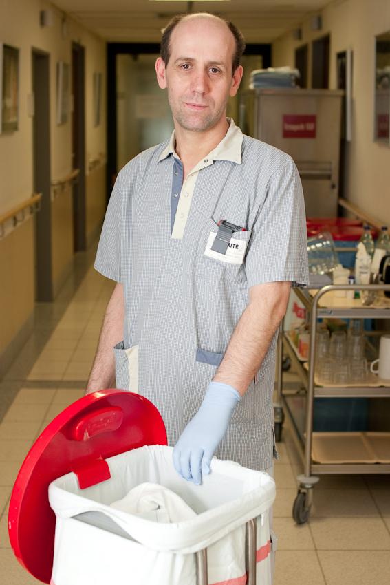 Fehmi Pllana ist auf der Rettungsstelle des Benjamin-Franklin-Krankenhauses, in Berlin-Steglitz, für die Reinigung zuständig.