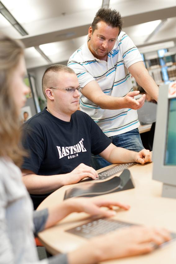 Knut Tyra erklärt einem Jugendlichen im BIZ, dem Berufs-Informations- Zentrum, die Möglichkeiten der Arbeitssuche und Information über Ausbildungsberufe.