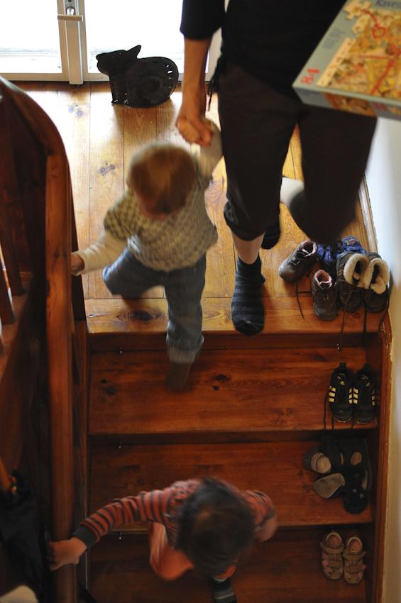 Nachdem Michael von seiner Schwester geweckt wurde, geht es nach unten ins Bad. Michael ist 3 Jahre alt, seine Schwester Magdalena 18 Monate.