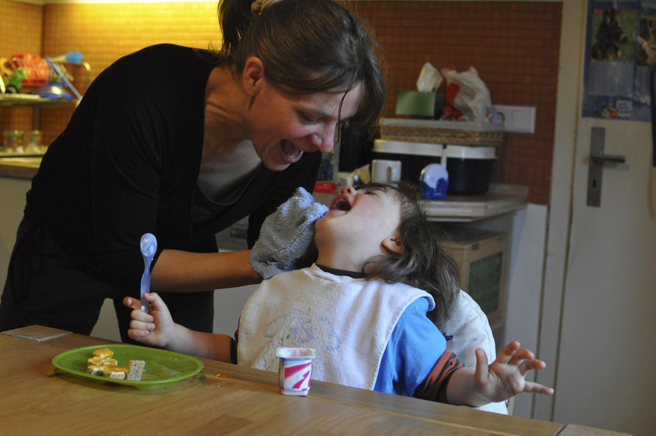 Michael sitzt in der Küche und hat gerade gefrühstückt. Das hat Spuren im Gesicht hinterlassen. Seine Mutter Maria wischt ihm mit einem feuchtwarmen Lappen den Mund ab.  Im Hintergrund steht Michaels Babyfon, dass die letzte Nacht nicht viel zu tun hatte. Er schläft mittlerweile die Nacht durch.