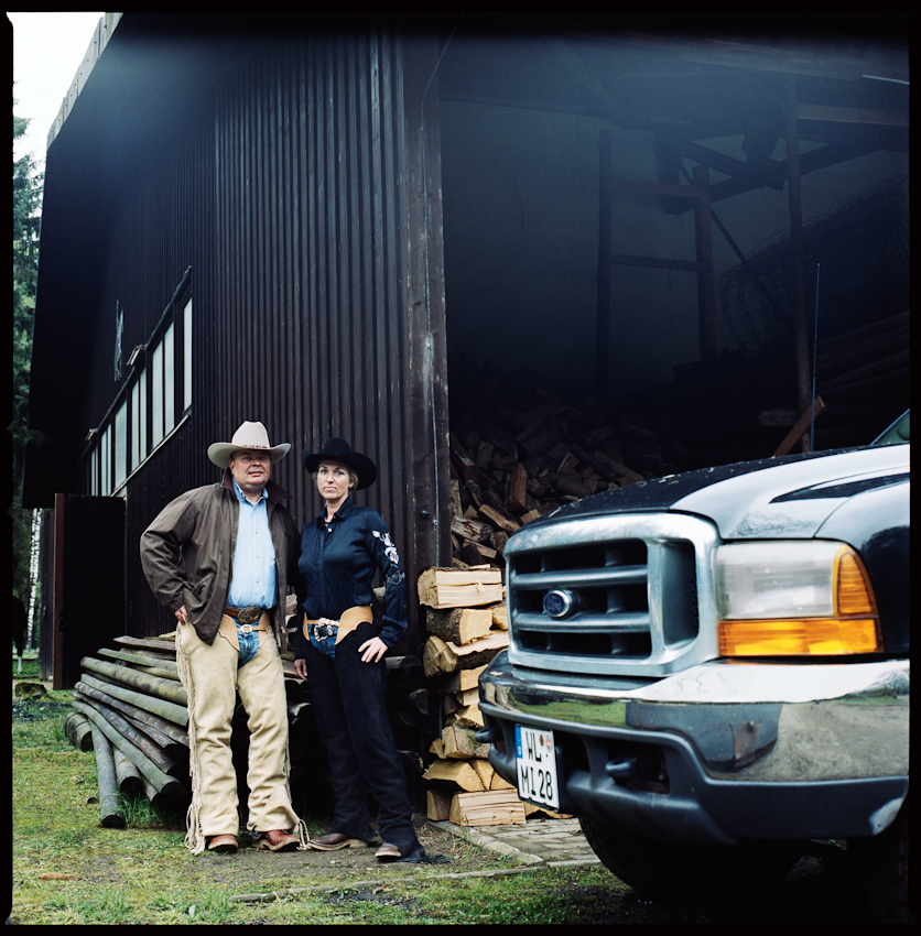 17.04 Uhr: Brigitte und Matthias Inndorf stehen vor ihrer Scheune auf ihrem Hof.