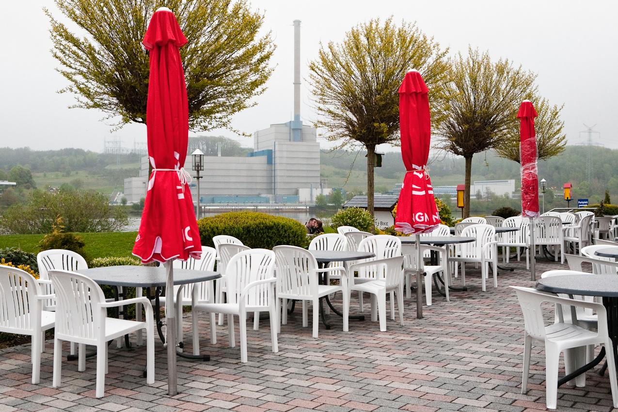 Blick von der Terrasse der Gaststätte Zum Fährhaus in Obermarschacht über die Elbe auf das Atomkraftwerk Krümmel. Ein Paar küsst sich auf dem Parkplatz.