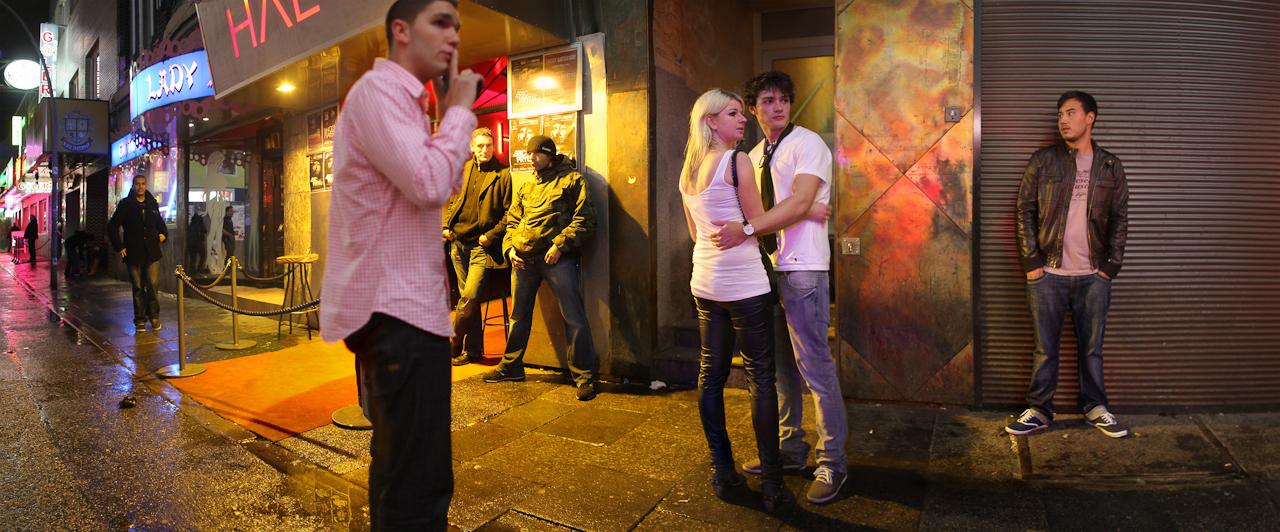 02:19 Uhr, Große Freiheit: Hamburg St. Pauli hat sein Monopol im Sex-Gewerbe längst verloren. Aus ehemaligen Nachtclubs sind Diskotheken geworden, die jedes Wochenende Tausende Jugendliche anlocken. Gestitchtes Panoramafoto.