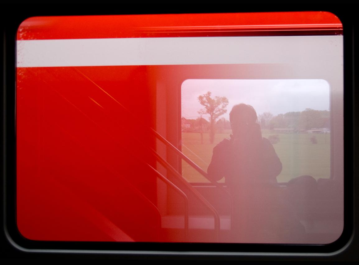 Blick aus dem Zugfenster um 13.51 Uhr. Ein vorbeifahrender Regionalexpress zwischen Hamm und Kamen.